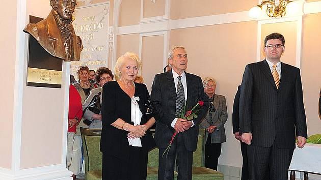 Ve vestibulu chrudimského Muzea byly za přítomnosti ministra spravedlnosti Jiřího Pospíšila i autora plastik Jaroslava Brože v podvečer slavnostně odhaleny dvě busty nového chrudimského panteonu.