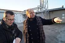 Vedoucí úseku ekologických zátěží společnosti Vodní zdroje Ekomonitor Jiří Unčovský (vlevo) a poslanec Jiří Junek při obhlídce lokality bývalého státního podniku Transporta Chrudim zasaženého ekologickou zátěží.