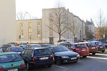V místě takzvané Moravovy zahrady je dnes obyčejná parkovací plocha. Ta bývá beznadějně zaplněná.