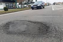 Už opakovaný, zhruba 8 cm hluboký výmol přesně v trajektorii levého kola na I/37 na úrovni výjezdu z benzinové stanice ve Slatiňanech na Nasavrky