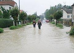 Důkaz toho, co umí napáchat rozvodněný potok ve Slatiňanech, když propusť pod tratí nepojme jeho vody.