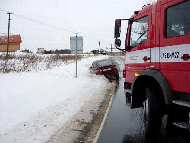 Osobní automobil  skončil ve středu 8. prosince v Pasekách na Prosečsku v příkopu, vyprostit ho museli hasiči.