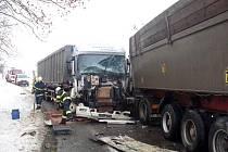Mezi Tuněchody a Úhřeticemi došlo ve středu 8. prosince ke hromadné srážce tří nákladních automobilů.