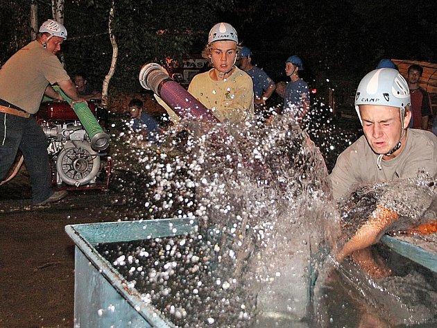 Dobrovolné jednotky hasičů opět závodily na noční soutěži v Kladně u Hlinska.