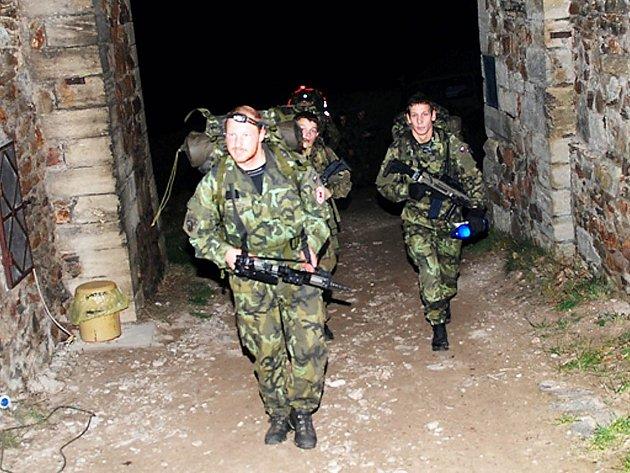 Vojáci při dvoudenním Memoriálu československých parašutistů nocovali na hradě Lichnice.