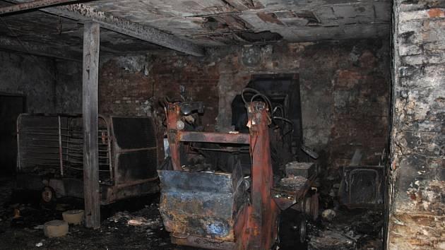 Hasiči likvidovali požár kravína ve Svratouchu.