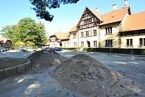 Stavební dvůr uvnitř oplocené plochy před hřebčínem ve slatiňanském zámeckém parku.