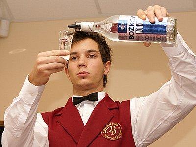 Namíchat chutný drink není jednoduché, na vlastní kůži to v pátek pocítili studenti Hotelové školy Bohemia Chrudim.