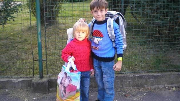 LUKÁŠEK VACEK  navštěvuje od 1. září školu v Holetíně, kam chodil i do školky. První den ho kromě rodičů doprovázela mladší sestřička Adélka. Oba se nemohli školy a školky dočkat. Lukáškovi se ve škole líbilo a odnesl si hned z prvního dne hezké zážitky.