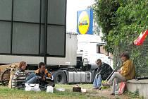 """""""Hnízdo"""" bezdomovců poblíž kruhové křižovatky u obchodního domu Lidl v Chrudimi."""