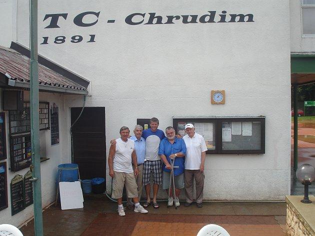 Na tenisovém turnaji v Chrudimi se objevil i bývalý reprezentant Jiří Novák. Zleva: Jiří Bílek, Vladimír Krejcar, Jiří Novák, Michal Jelínek, Jindřich Weschka.