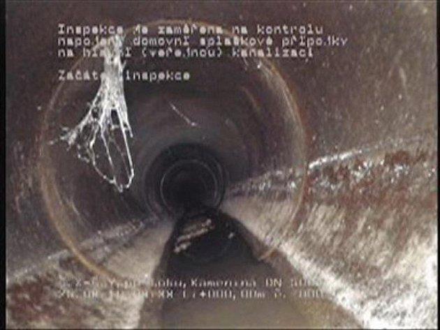 Neoprávněné  vypouštění odpadních vod do veřejné kanalizace nyní může Vodárenská společnost odhalit díky speciální kameře, která se vejde i do trubky o deseticentimetrovém průměru.