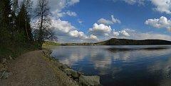 Stezka se line podél břehu přehrady. Hladina však obvykle začíná o zhruba pět metrů dál.