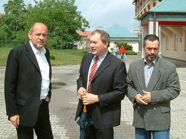 Ministr kultury Václav Jehlička debatuje se starostou Skutče Pavlem Novotným (uprostřed( a ředitelem SeniorCentra Josefem Tumpachem (vpravo).