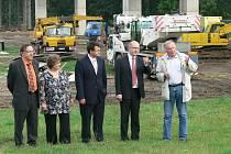 Premiér Bohuslav Sobotka si při své návštěvě Chrudim prohlédl pokračující stavbu obchvatu.