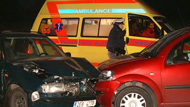 Z místa čelního střetu dvou vozidel ve Vestci sanita odvážela dvě zraněné osoby.