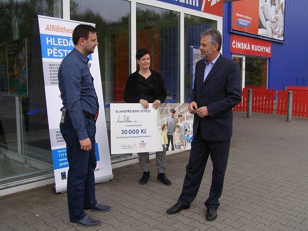 Předání symbolického šeku. Zleva: Michal Seidl (ředitel Tesca), Hana Slezáková (PR pracovnice Amalthey) a chrudimský starosta Petr Řezníček.
