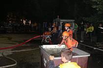 Noční závody v požárním útoky na Seči prověřily schopnosti hasičů při práci s hasičskou technikou v horších světelných podmínkách.