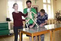 Seminář Manipulace loutky i těla v rámci festivalu Loutkářská Chrudim vede francouzský lektor Simon T. Rann.