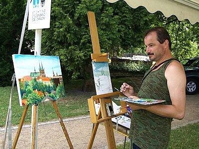 Malíři tvoří v centru Chrudimě.