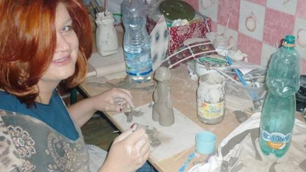 MONIKA JARÁ v kroužku keramiky objevuje skryté talenty svých svěřenců vždy s dobrou náladou.