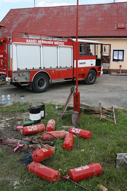 Podolský potok vyplavil i heřmanoměsteckou hasičárnu, kde se celý den uklízelo a sušilo.