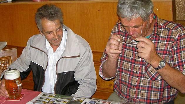 Pavel Novák (vlevo) rád zajde do morašického hostince Ve Dvoře, kde  se  spolužáky vzpomíná na dětská léta strávená v jedné škole.  Učitelům vinu nedává a za své špatné známky se už dávno nestydí.