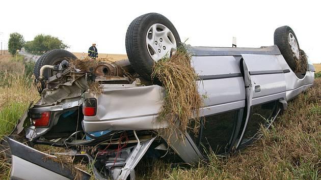 Po srážce s náklaďákem skončil peugeot  v příkopě na střeše. K nehodě došlo na silnici Chrudim - Hrochův Týnec. Po dvou minutách z vozu vystoupil jako zázrakem řidič, který utrpěl jen drobnou oděrku na hlavě.