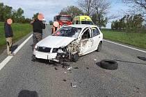 Nákladní automobil skončil na boku, částečně na vozovce a vysypal přes celou komunikaci štěrk.  Nehoda si vyžádala tři zraněné osoby, naštěstí nebylo nutné vyprošťování.