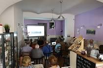 Promítání kamenosochaře Františka Pleskota v heřmanoměstecké kavárně.