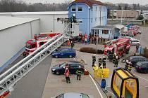 Ve firmě BASF Stavební hmoty Chrudim unikl čpavek, jedna osoba zkolabovala. Naštěstí pouze v rámci technického cvičení hasičů.