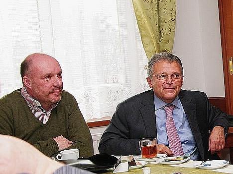 Mark Oaten (vlevo) je prezidentem federace kožešníků. Česká republika zatím členským státem není. Vpravo Robert Liska.