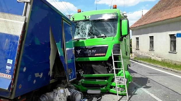 Srážka nákladních aut ve Stojicích