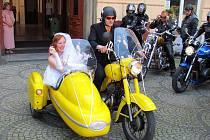 Snoubenci Martin Kupka a Žaneta Sázavová dorazili na svatební obřad stylově na motocyklu.
