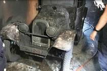 To zabolí: Aerovka hořela v garáži, škoda je milion korun.