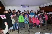 Zpívání koledy na Resselově náměstí v Chrudimi.