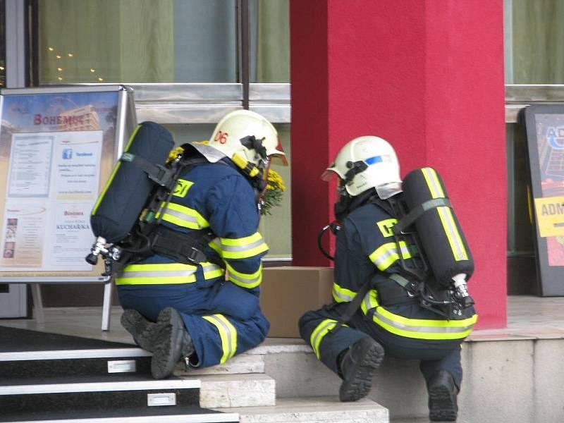 Hasiči zkoumají podezřelý balíček nalezený u vchodu do hotelu Bohemia v Chrudimi.
