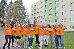 Studenti v oranžovém začali Knoflíkový týden.