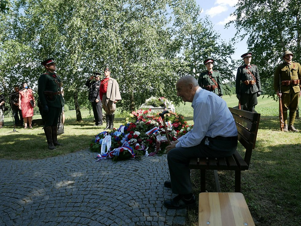 U pomníku vrchního strážmistra Karla Kněze se v pátek odpoledne uskutečnila pietní vzpomínka s položením květinových darů.