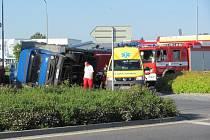 nákladní automobil Avia se převrátil na bok u kruhové objezdu v Chrudimi u supermarketu Lidl.