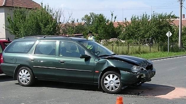 Přední část fordu byla zničena.