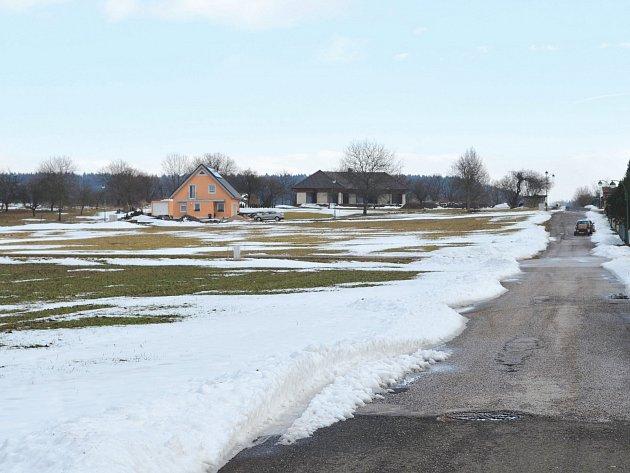 Jedním ze stovek blokovaných pozemků je lukrativní dvouhektarová parcela v Tyršově ulici v Lázních Bělohrad na Jičínsku, kde město plánuje výstavbu rodinných domů. Na opačné straně města je zase v plánech zanesené koupaliště.