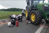 Traktor se srazil s motorkou, policie hledá svědky