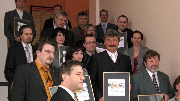 Starosta Heřmanova Městce Aleš Jiroutek (dole uprostřed) převzal za město ocenění