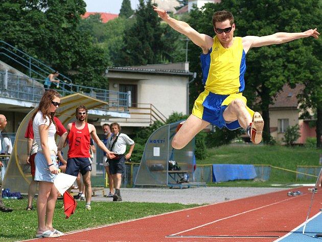 Atletické závody v Chrudimi: Skok do dálky.
