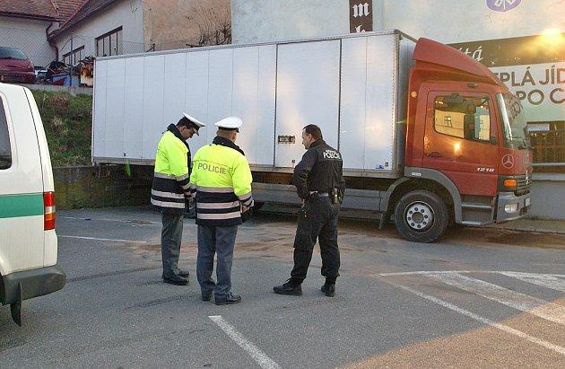 Policisté vyšetřují krádež nafty, k níž došlo před slatiňanskou radnicí.