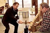 Občanské sdružení Boii Nasavrky dalo návštěvníkům Regiontouru 2004 možnost vyzkoušet si výrobu mincí, jíž neodolal ani Ladislav Libý.