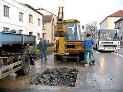 Havárie vodovodu v ulici Obce Ležáků v Chrudimi.