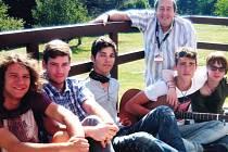 Rock Campu se každoročně účastní mladí nadějní muzikanti. Na snímku zleva jsou Honza Blahník, Miloš Hampl, Honza Matyaško, Peter Freestone., Jan Plachý a Ondra Veselý.