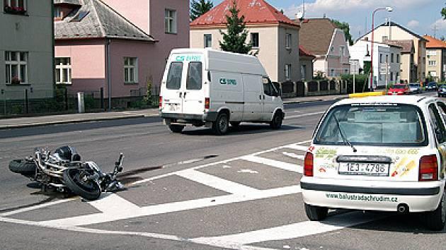 Posádka motocyklu vyvázla při hrozivě vyhlížející nehodě bez zranění.